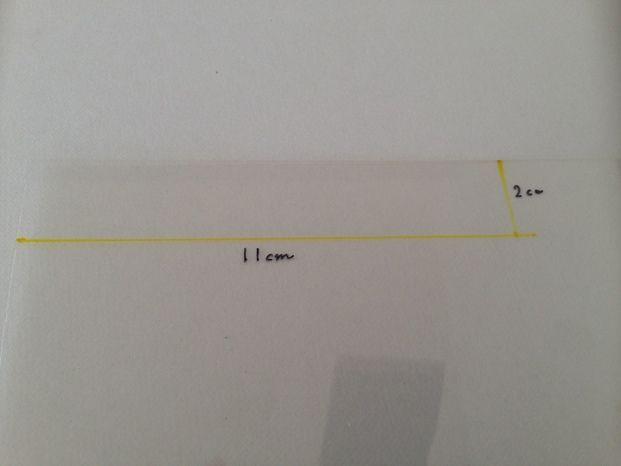 細長い長方形に切ります。プラバンは焼くと4分の1の大きさに縮むので、それを踏まえてタテ2cm×ヨコ11cmでカット!指のサイズによっては12.5cm~13cmに設定して調整してください。