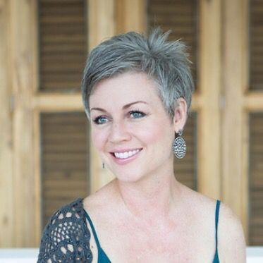 Les 25 meilleures id es concernant coupes de cheveux courts gris sur pinterest coiffures pour - Cheveux gris court ...