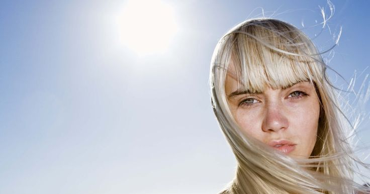 Cómo hacer tinte verde para el cabello. Así que te quieres teñir el cabello de verde. Está bien, entonces hay un par de cosas que debes saber. Primero, si tu cabello es más oscuro que rubio medio tendrás que decolorarte, porque los cabellos oscuros no se pueden teñir de verde vibrante. Tendrás un toque de tono verdoso en tu color regular. Segundo, si estás decolorada o eres rubia ...