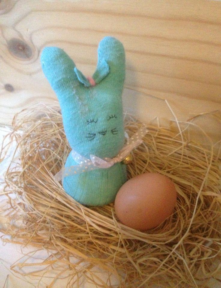 Coniglio di Pasqua realizzato con un calzino spaiato http://mangialeggicrea.blogspot.ch/2015/03/coniglio-di-pasqua-2-riciclo-calzini.html