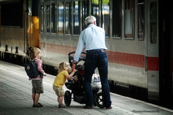 Reizen heeftietsfascinerends. Alleen al het wachten op, in dit geval de trein levert mooie momenten op. Het station is een mooie gelegenheid evenals het terras in zomertijd, om mensen te observer…