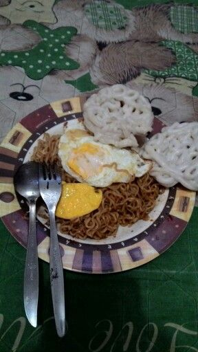 indomie fried noodle with fried egg
