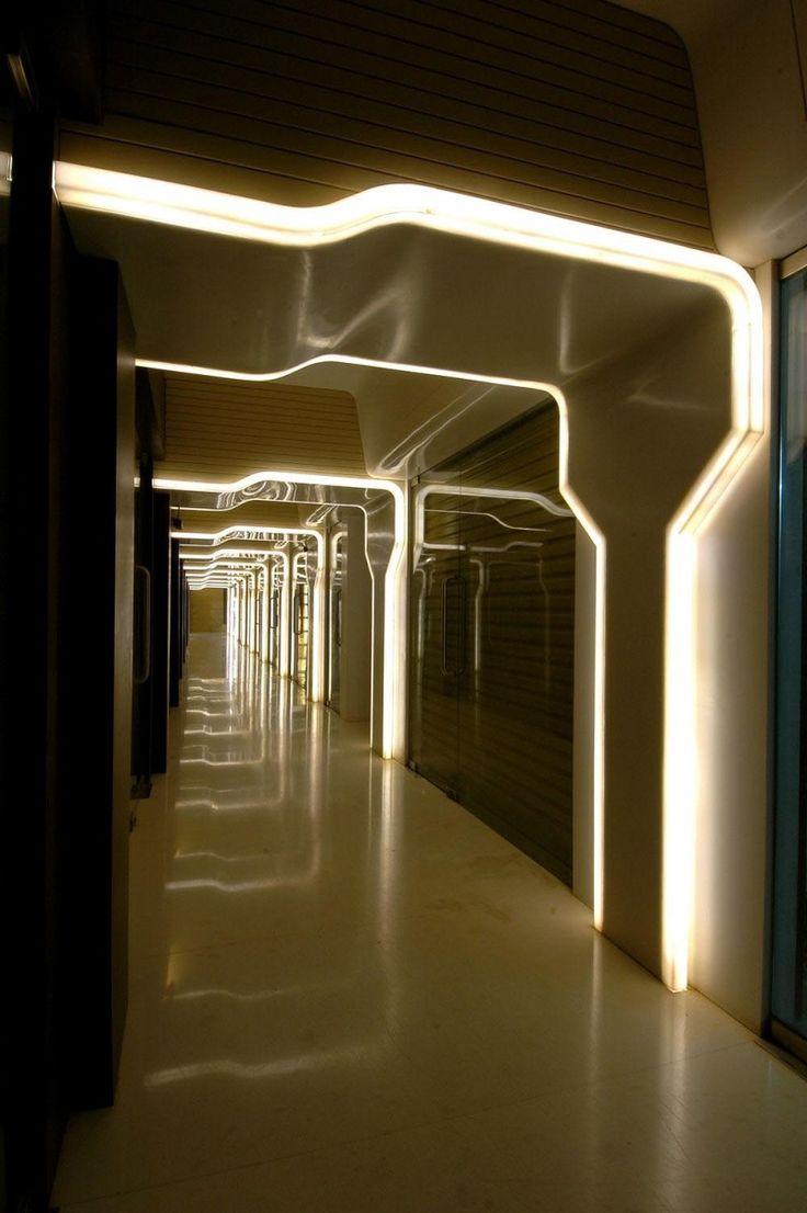 Corredores são locais onde não há muito o que se fazer para os deixar mais diferenciados, mas a iluminação dos mesmos pode fazer total diferença. Nesta foto foi utilizado iluminação de destaque, deixando o simples corredor diferenciado, bonito e iluminado continuamente.