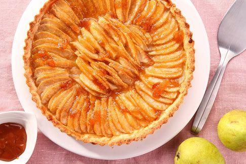 Zima je stejně jako podzim tradiční sezona zejména pro jablka a hrušky. Vyzkoušejte proto i tenhle jednoduchý koláč s karamelovou omáčkou! Je opravdu jednoduchý, a přitom tak dobrý!