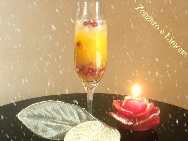 Ecco un semplice cocktail di Natale adatto un po' a tutti poiché davvero poco alcolico, a base di spremuta d'arancia e liquore all'amaretto