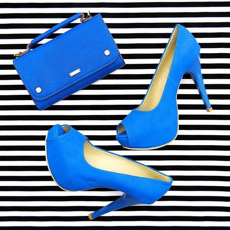 Rayas y lunares se han vuelto básicos en el closet, delinea los matices en tus prendas utilizando acentos de color y dale a los accesorios el poder de cambiar completamente tu look. #FashionLover #BlueShoes #Shoes #Ideas #Accessories #Trend.
