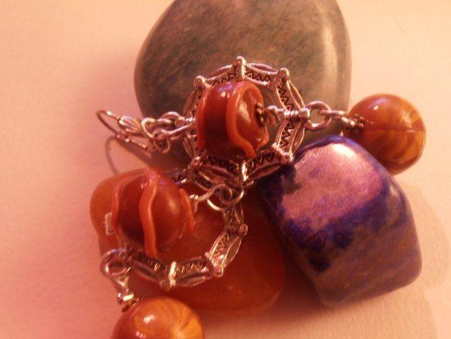 Boucles d'oreilles marron-orange avec connecteur octogonal et attache dormeuse coquillage. : Boucles d'oreille par natsaka