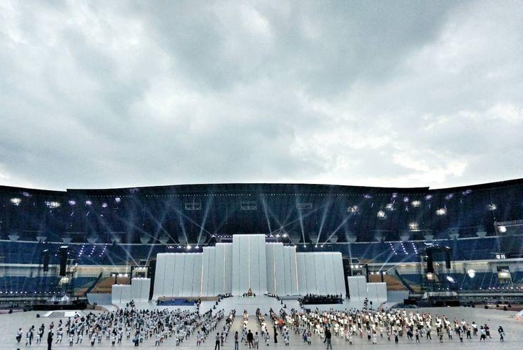 Pembukaan #PON2016 yang akan dibuka oleh Pak Presiden Joko Widodo di Stadion GBLA akan berbalut seni dan budaya. Sebanyak 40 jenis karya seni busana akan digunakan 1.150 seniman dan penari yang akan mengisi acara upacara pembukaan PON. Dengan total 1.400 penari, pertunjukkan tari akan menjadi lebih berwarna, mempertebal dan menambah keragaman gaya.