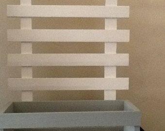 Praktische massief houten wand plank gemaakt van piket hek posten. Charmante aanvulling op elke ruimte van uw huis. Maatregelen: 25 op het hoogste punt, 15-inch breed en 4 diepe, planken zijn 13,5 lang en 3,5-inch diep. Komt met haken op de achterkant klaar om op te hangen. We tonen één eenheid geschilderd in effen wit en een verdrietig. Deze planken kunnen in elk formaat, kleur en met of met verontruste afwerking worden gemaakt.
