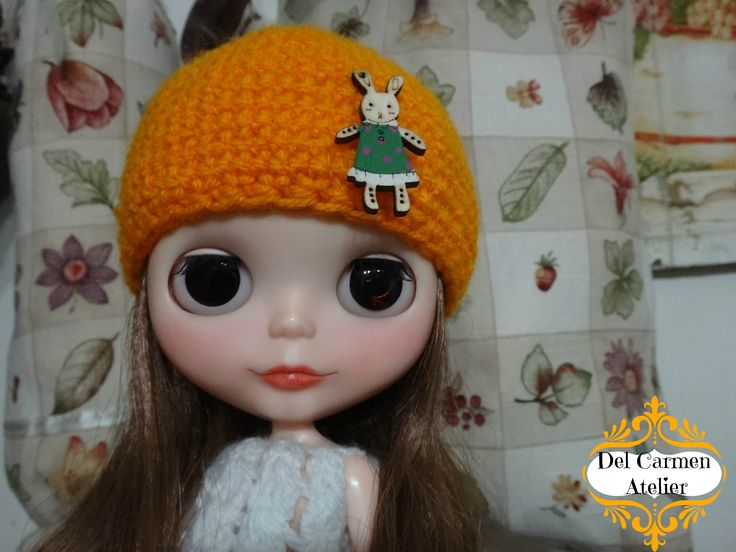 """""""Gorro conejo"""" hecho de lana color naranja,con aplización de conejito de madera. Precio gorrito $4.000. (Chile)"""