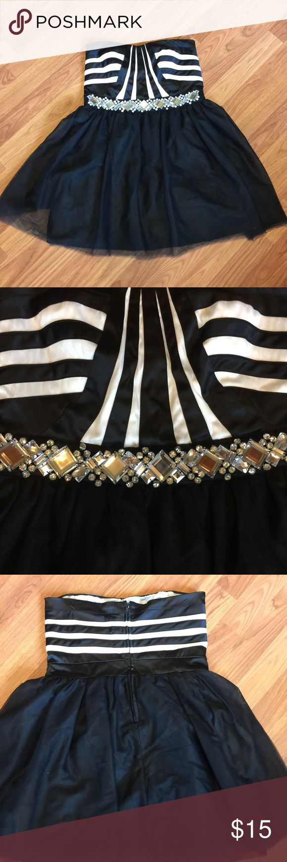 Black and White Formal Dress Black and white sweetheart dress. Tulle skirt with jewels at waist. Zip up back with rubbery-like piece that helps to hold it up. Couple of barely loose jewels but otherwise excellent condition condition love reign Dresses Prom