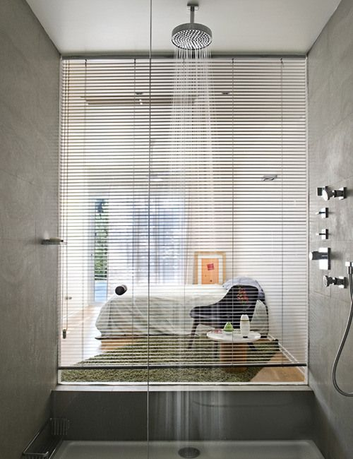 Regndusch med fönster mot sovrum