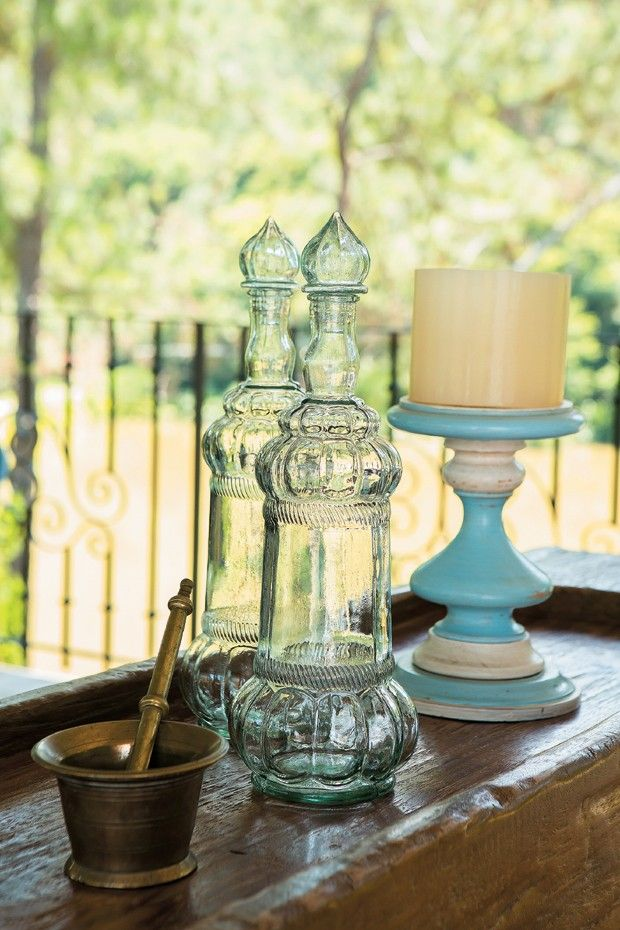Emprestados da decoração original da casa, o catiçal tem o tom do pergolado. Os garrafões de vidro podem virar vasos solitários (Foto: Edu Castello/Editora Globo)
