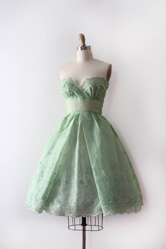 Prachtige groene oogje partij jurk uit de jaren 1950. Deze jurk heeft een kopje strapless bodice, een ingerichte taille en een relatief volledige rok. Deze jurk is pure. * de jurk doet do helemaal naar boven de rug was maar te klein voor de jurk vorm.  Label: geen Sluiting: metalen rits  Maten: Best Fit: xxxsmall  Bust: 30 ca. zouden hebben een klein beetje ruimte in de cups maar het is moeilijk te meten Taille: 21 Hip: open  Lengte: 34  Voorwaarde: uitstekende vintage staat  ➸International…