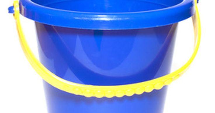 Diferencias entre moldeo por soplado y moldeo por inyección. El moldeo por soplado y el moldeo por inyección representan dos métodos de fabricación para la producción de productos utilizando termoplásticos. Los termoplásticos normalmente vienen en forma de gránulos de plástico. En el moldeo por soplado y moldeo por inyección, estos gránulos se introducen en un cilindro calentado y se mezclan usando barrenas ...