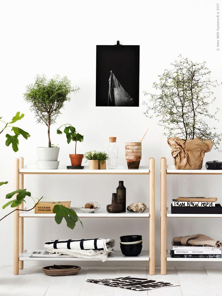 IKEA PS 2017 bokhylla i massiv bok och pulverlackade vita hyllplan som enkelt går att lyfta på plats utan skruvar, SENAP kruka med fat, IKEA 365+ karaff med kork, DINERA svart skål, DVÄRGBJÖRK metervara.