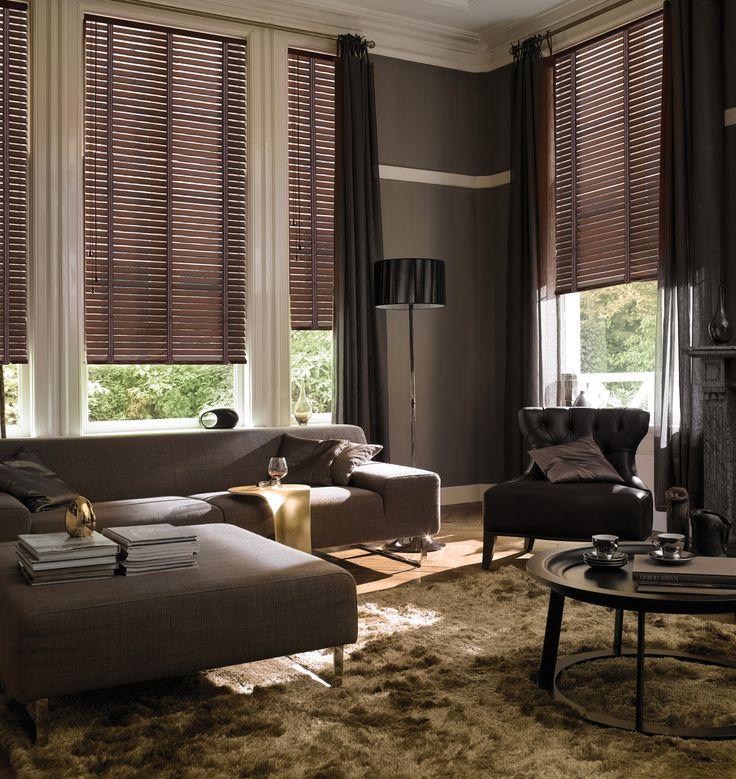 Sobrio y elegante salón decorado con venecianas de madera