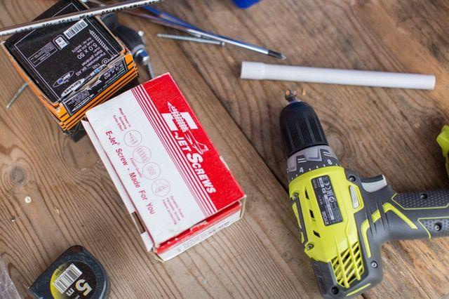 El taladro inalámbrico ayuda a atornillar rápida y eficientemente. Al no necesitar cables se puede usar cómodamente en cualquier sitio.
