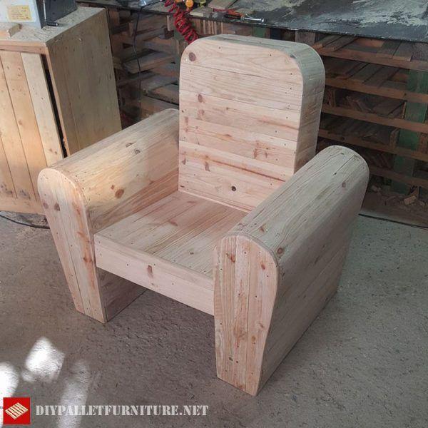 Es Folgt Dem Design Von Klassischen Leder Oder Stoff Sessel, Auch Mit Ihren  Gebogenen Formen, Ist Aber Mit Palettenbrettern Gemacht. Just Notwendigu2026
