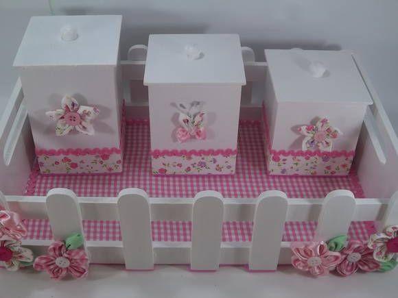 Kit Higiene bebê em mdf composto por 4 peças e ornamentados com fuxicos.      Estampas e formas do MDF conforme disponibilidade.