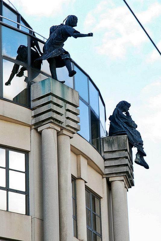 Trois statues prennent leur élan