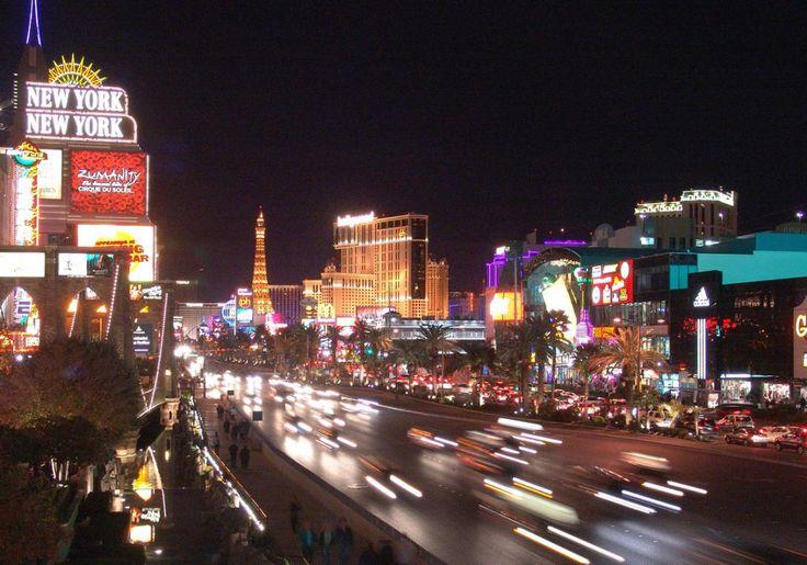 """Las Vegas er muligvis en af USA's vildeste byer. Her ligger det ene ekstreme hotel efter det andet langs hovedgaden """"The Strip"""". Her er miniudgaver af Paris og New York, her er hoteller formet som pyramider, vulkaner og med romerinspirerede temaer, og her er hoteller med hele forlystelsesparker, akvarier og selvfølgelig kasinoer. Det bliver næsten ikke vildere!"""