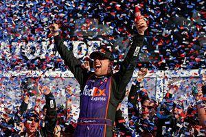Hamlin wins Daytona 500 in photo finish