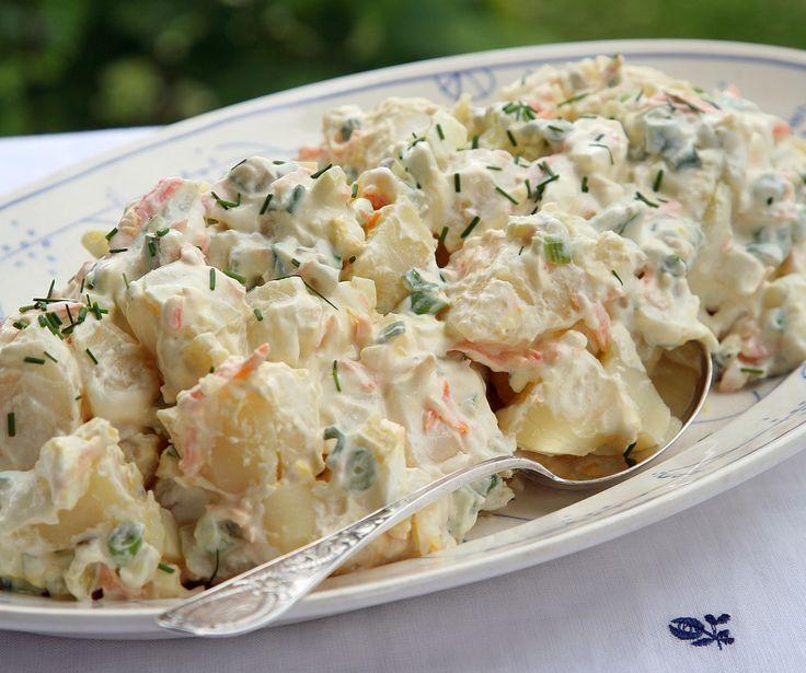 Potetsalat med egg: Det er alltid godt med en potetsalat til grillmaten eller på koldtbordet. Prøv denne med egg og gulrot.