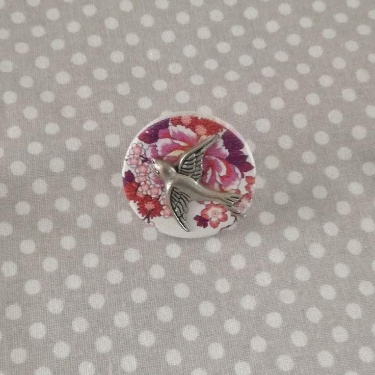bague réglable cabochon liberty rose violet et hirondelle argentée : Bague par tresoreloa