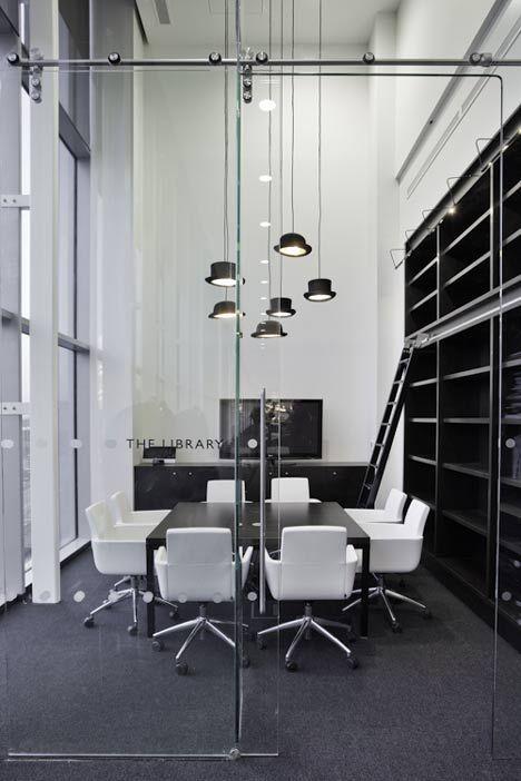 黒と白のオフィスライブラリ|コーポレートオフィスインテリア設計 - 照明