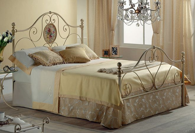 Letto in ferro battuto matrimoniale, dallo stile tradizionale e romantico, caratterizzato dalla raffinatezza di un decoro realizzato a mano.