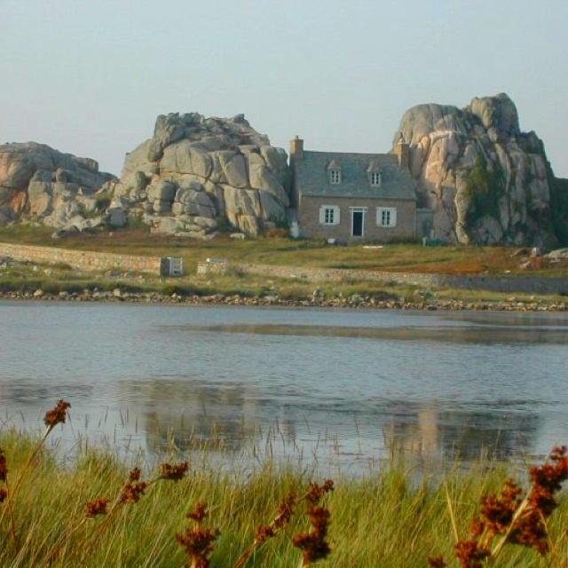 La petite maison coincée entre deux blocs de granit : Bretagne