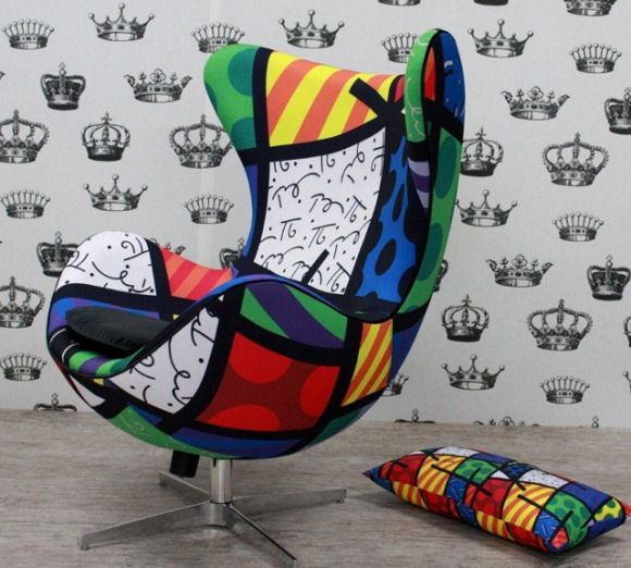Poltrona estampada reproduz a arte de Romero Brito.
