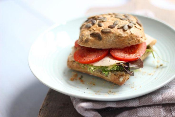 """Op zoek naar een lekker, simpel en een redelijk """"slank"""" lunchrecept? Kijk dan gauw verder voor dit recept voor een overheerlijke sandwich met onder andere kipfilet en pesto. Recept voor 1 broodje Tijd: 10 min. Benodigdheden: 1 (spelt)broodje 2 plakjes kipfilet 1 tl pesto snufje peper paar plakjes tomaat handje eikenblad melange (of andere sla)...Lees Meer »"""
