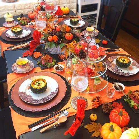 . 10月のおもてなしレッスン ハロウィンパーティ がスタートしてます☺️❣️ . キャラ系は使わず 大人ハロウィンコーデに。 . . 〈メニュー〉 ✴︎坊ちゃんかぼちゃのカルボナーラ風リゾット ✴︎パンプキンスープ ✴︎ローストビーフとアボカドのサラダ 自家製ジャポネソース ✴︎パーティタワー ・ミニトマトのシュワシュワポンチ ・海老とアボカドのサラダ ・オリーブ&チーズの一口フライ ・ピクルス ・サーモンとチーズのカルパッチョ ・タコとポテトのアンチョビソテー ・トマトのさっぱりブルスケッタ ・ツナマヨコーンのきゅうり巻き . パーティタワーは5種類の ピンチョスと前菜にしました☺️ . . 福岡の出張レッスンでは ここまでのテーブルコーデは 出来ないけど お家で出来るテーブルコーデを 一緒にレッスンしていきます\ ♪ ♪ / . お料理も同じ内容を作りますよー . ヨーロッパ旅行のような大荷物で 出張してきまーす✌ . . . @ai.sweetcoco 先生との コラボレッスンもお楽しみにです . . . -----❁-----❁---...