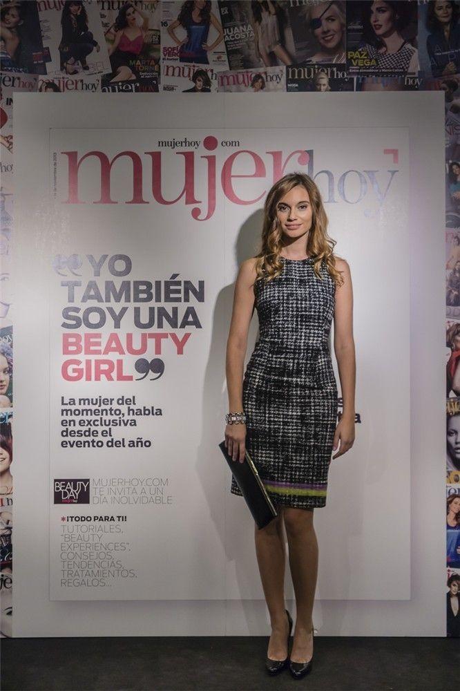 Norma Ruiz, actriz y bloguera de Mujerhoy.com, acudió al Beauty Day y posó en el stand de Mujer hoy, con vestido de Versace, zapatos y clutch de Jimmy Choo y pulsera de Swarowski.