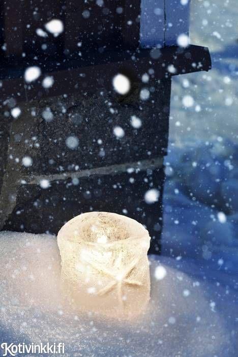 Lumesta ja jäästä tehdyt lyhdyt valaisevat pihan. Lyhtyjen teko on helppoa. Lovely lantern made of ice. Kuva/pic Laura Riihelä. #christmasdecorations #christmascrafts #DIYlantern