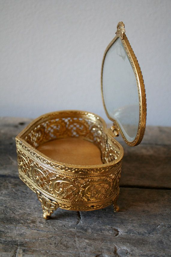 This Vintage Jewelry Box really reminds me of the music box in Disney's Anastasia...a Vintage-Must-Have!