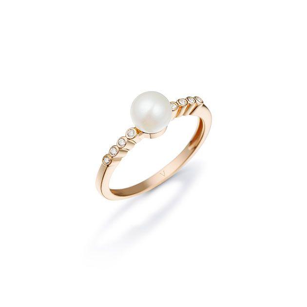 Olha só o anel de ouro com brilhantes e pérolas. Luxo! (R$ 2.590)