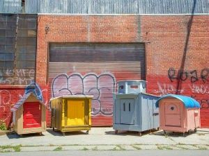 Artista constrói casas minúsculas para desabrigados usando materiais reciclados - AC Variedades
