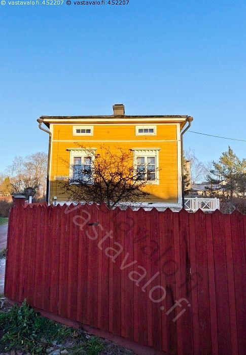 Keltainen talo ja punainen aita