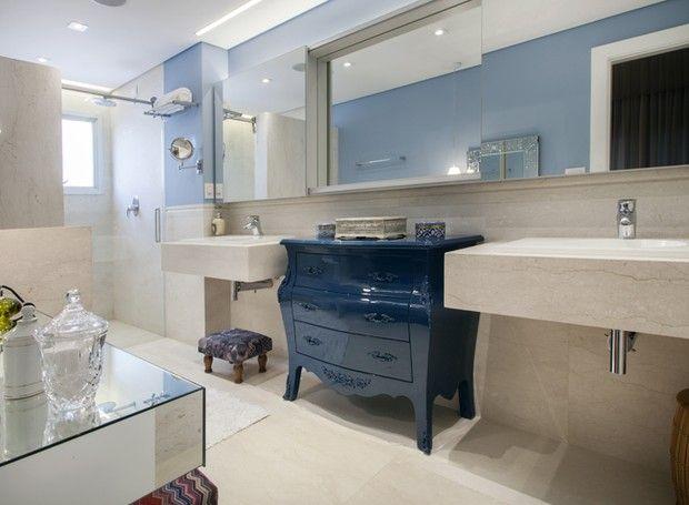 A cômoda bombé laqueada é o destaque do banheiro com as cubas em mármore. (Foto: J. Vilhora/Divulgação). Projeto da Onze Arquitetura publicado no site da revista Casa e Jardim