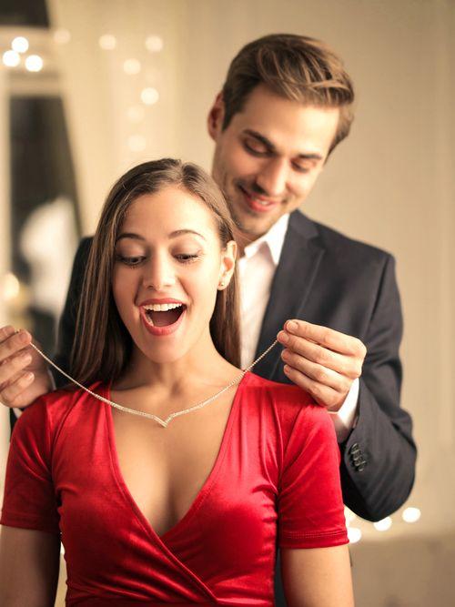So kaufen Sie den besten Schmuck für eine Frau – 4 ausfallsichere Artikel