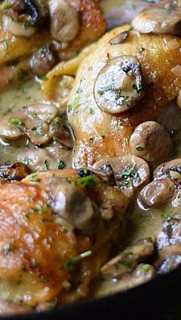 Chicken au Champagne. Volaille fermière aux champignons et crème.
