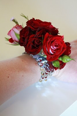 how to use wrist corsage holder