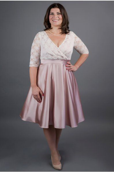 šaty mají skládaný živůtek, který zvýraznůje prsa 3/4 rukáv zvýšený pas na který navazuje 3/4 kolová sukně délka sukně 60 cm, zip na zádech