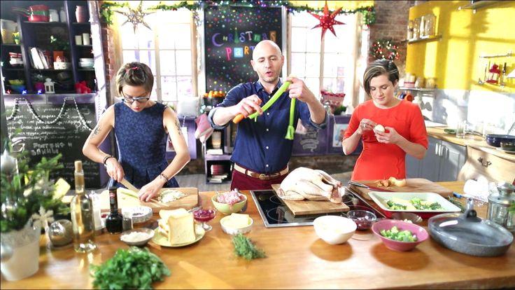 Сегодня вас ждет королевский рождественский ужин - аппетитная индейка, гарнир и соусы к ней. Наши друзья бармены научат нас готовить лучшие зимние рождественские напитки, а в самой настоящей пекарне мы раздобудем классический рецепт рождественского кекса!