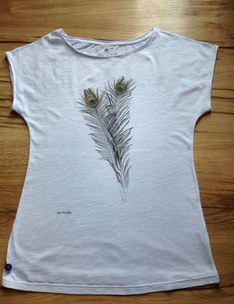 T-shirt fiammata donna con stampate 2 piume di pavone / T-shirt malfilè with two peacock' plume http://www.assodibottoni.com/tshirt-maglietta-donna-2piumepavone.html