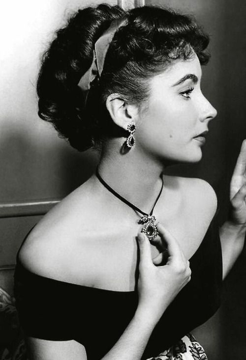 Elizabeth Taylor, beautiful profile of her . Love her necklace!