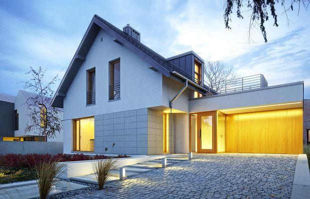 Projekt niewielkiego domu o tradycyjnym rodowodzie, ale w nowoczesnej oprawie. Posiada otwartą przestrzeń dzienną łączącą poszczególne strefy funkcjonalne. Projekt jest przeznaczony dla osób poszukujących w domu prostoty i tradycji, ale nie pozbawionych wyrazistego indywidualnego charakteru.